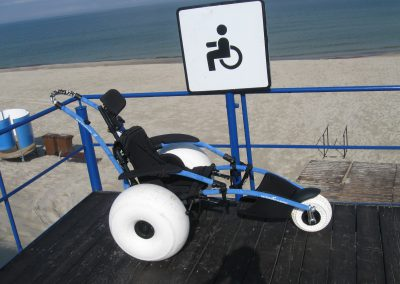 Vežimėlis žmonėms su negalia išsimaudyti jūroje. Nidos paplūdimys.